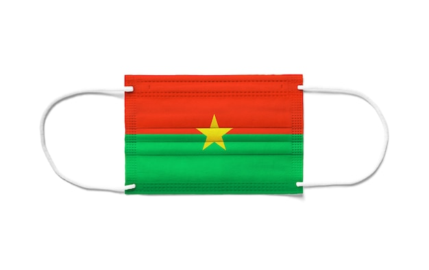 Flaga burkina faso na jednorazowej masce chirurgicznej. biała powierzchnia na białym tle