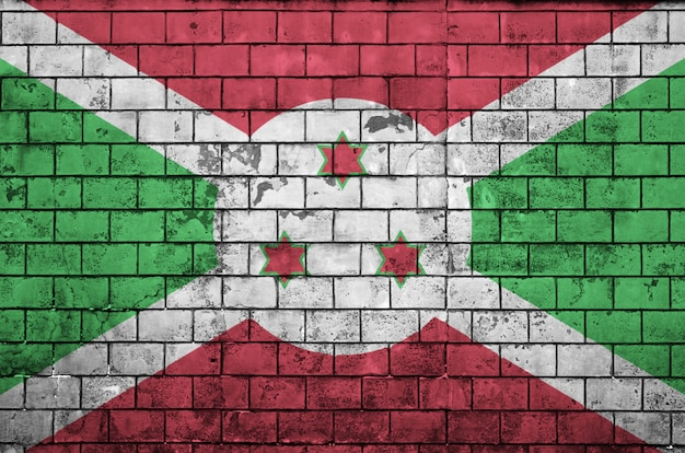 Flaga burundi jest namalowana na starym murem
