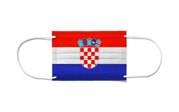 Flaga chorwacji na jednorazowej masce chirurgicznej. białe tło na białym tle