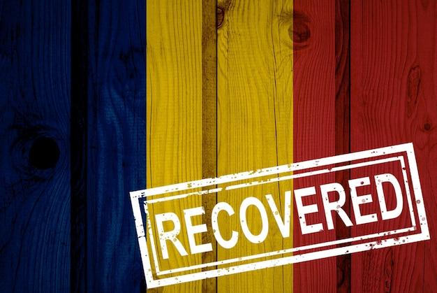 Flaga czadu, która przetrwała lub wyzdrowiała z infekcji epidemii koronawirusa lub koronawirusa. flaga grunge z pieczęcią odzyskane