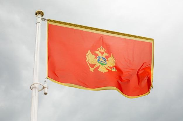 Flaga czarnogóry, na flagstoss przed niebem