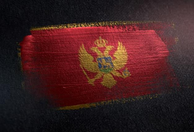 Flaga czarnogóry wykonane z pędzla metaliczny farby na ciemnym ścianie grunge