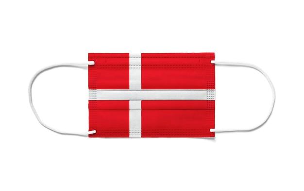 Flaga danii na jednorazowej masce chirurgicznej. białe tło na białym tle