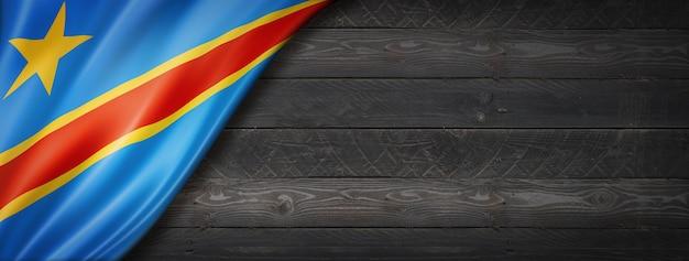Flaga demokratycznej republiki konga na czarnej ścianie z drewna
