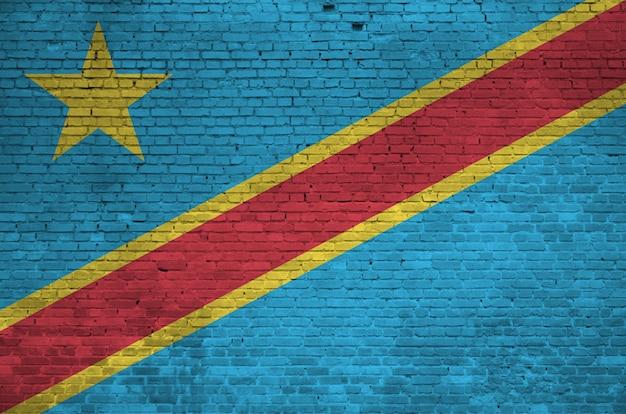 Flaga demokratycznej republiki konga przedstawiona w kolorach farb na starym murem. textured sztandar na dużym ściana z cegieł kamieniarstwa tle