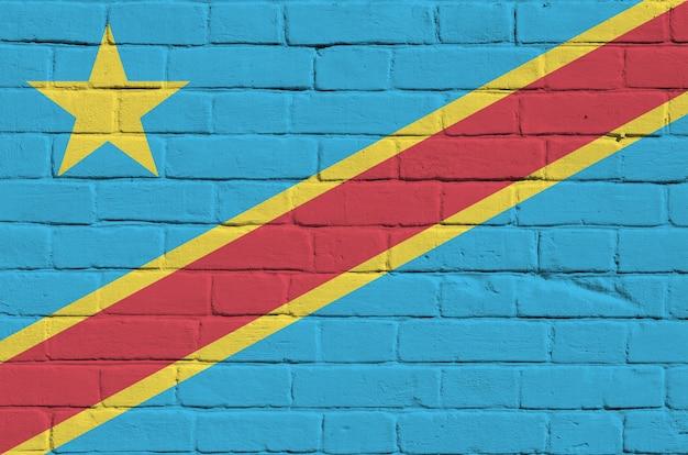 Flaga demokratycznej republiki konga przedstawiona w kolorach farb na starym murem. tło