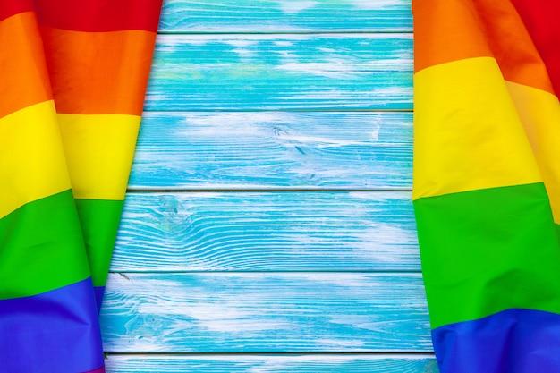 Flaga dumy gejowskiej na drewnianym stole
