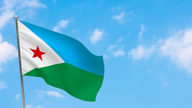 Flaga dżibuti na słupie. niebieskie niebo. flaga narodowa dżibuti