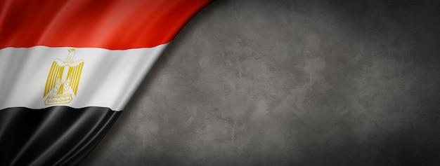 Flaga egipska na banerze betonowej ściany