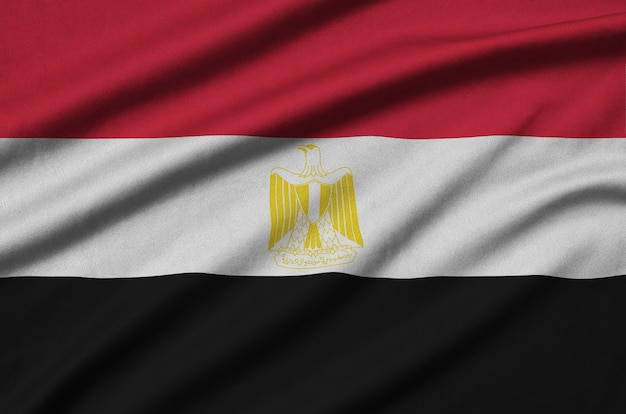 Flaga egiptu jest przedstawiona na sportowej tkaninie z wieloma zakładkami.