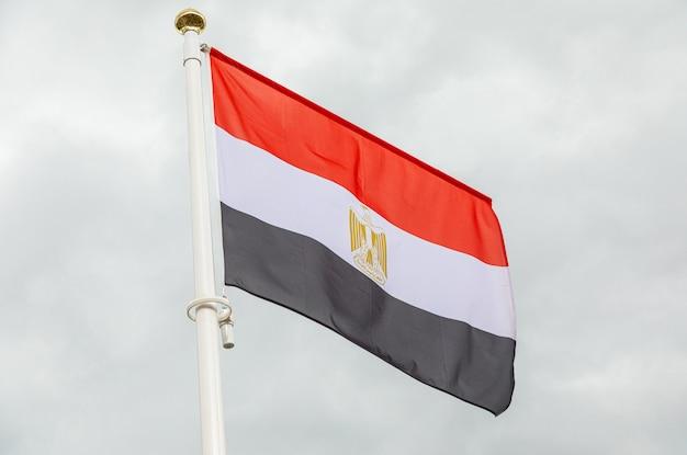 Flaga egiptu przeciwko białe pochmurne niebo