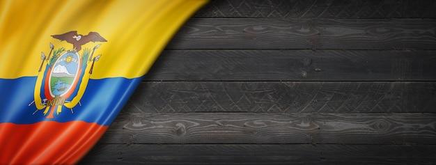 Flaga ekwadoru na czarnej ścianie z drewna
