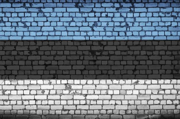 Flaga estonii jest namalowana na starym murem