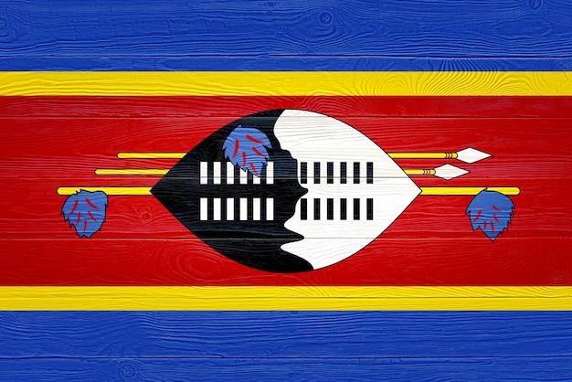 Flaga eswatini namalowana na drewnianych deskach
