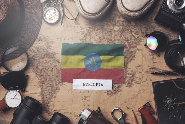 Flaga etiopii między akcesoriami podróżnika na starej mapie vintage. strzał z góry