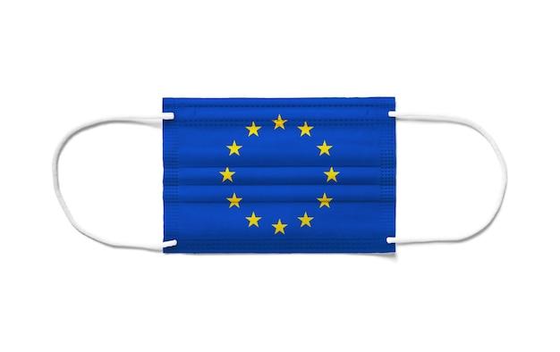 Flaga europy na jednorazowej masce chirurgicznej. białe tło na białym tle