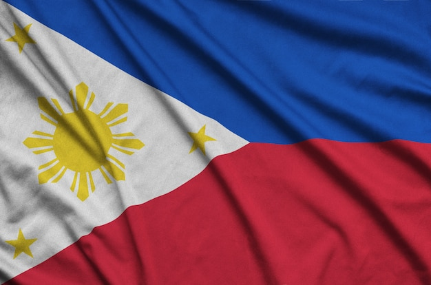 Flaga filipin jest przedstawiona na sportowej tkaninie z wieloma zakładkami.