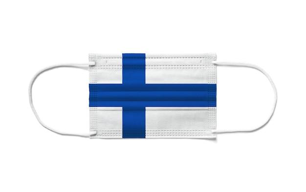 Flaga finlandii na jednorazowej masce chirurgicznej. białe tło na białym tle
