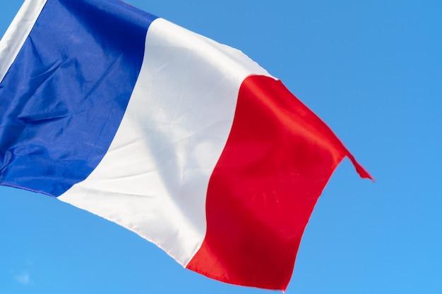 Flaga francji macha na wietrze na niebie