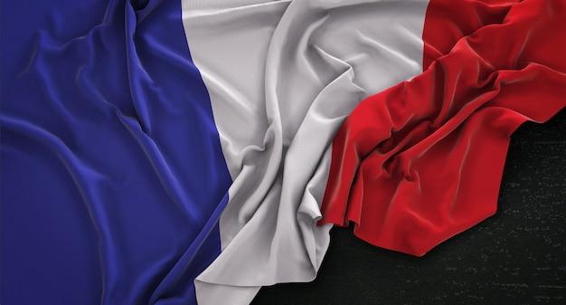 Flaga francji zgnieciony na ciemnym tle renderowania 3d
