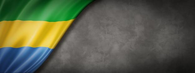 Flaga gabonu na betonowej ścianie. poziomy baner panoramiczny. ilustracja 3d