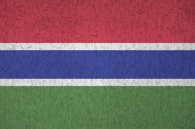 Flaga gambii przedstawiona w jasnych kolorach farby na starym tynku reliefowym