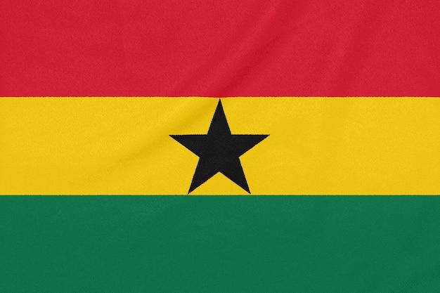 Flaga ghany na teksturowanej tkaninie.