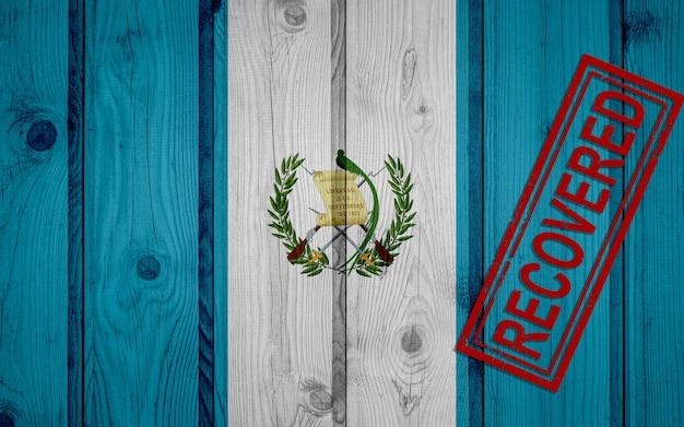 Flaga gwatemali, która przeżyła lub wyzdrowiała z infekcji epidemii koronawirusa lub koronawirusa. flaga grunge z pieczęcią odzyskane