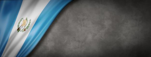 Flaga gwatemali na betonowej ścianie. pozioma panorama. ilustracja 3d