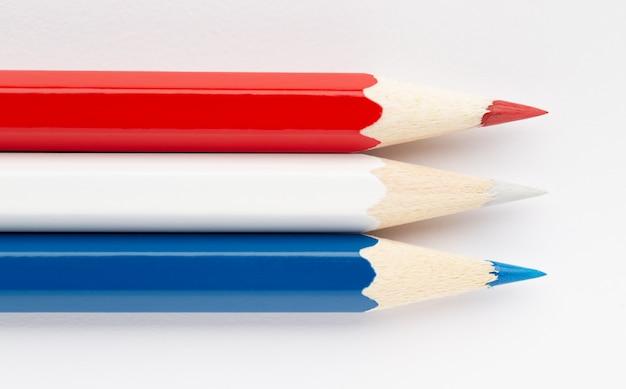 Flaga holandii wykonana z kolorowych drewnianych ołówków