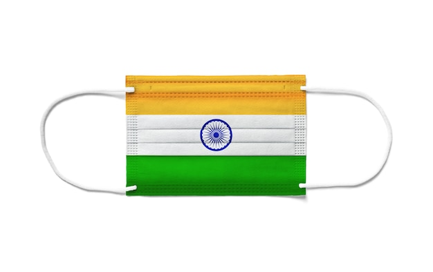Flaga indii na jednorazowej masce chirurgicznej. białe tło na białym tle
