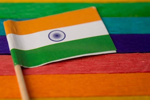 Flaga indii nad tęczową flagą, symbol ruchu społecznego lgbt gay pride month tęczowa flaga jest symbolem lesbijek, gejów, osób biseksualnych, transpłciowych, praw człowieka, tolerancji i pokoju.