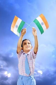 Flaga indii w dłoni dziecka