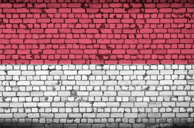 Flaga indonezji jest namalowana na starym murem