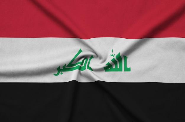 Flaga iraku jest przedstawiona na sportowej tkaninie z wieloma zakładkami.