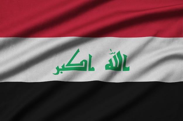 Flaga iraku z wieloma fałdami.
