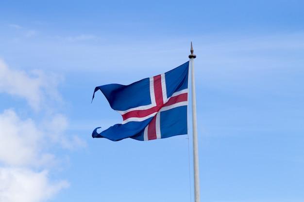 Flaga islandii, która faluje na wietrze, widok flagi islandii.