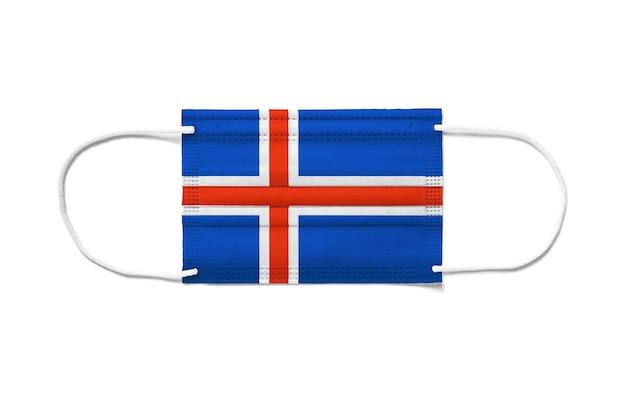 Flaga islandii na jednorazowej masce chirurgicznej. białe tło na białym tle