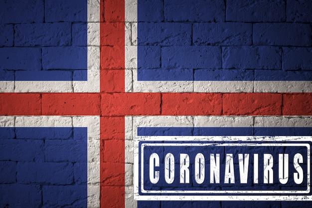 Flaga islandii o oryginalnych proporcjach. opieczętowane koronawirusem. cegła ściana tekstur. koncepcja wirusa koronowego. na skraju pandemii covid-19 lub 2019-ncov.
