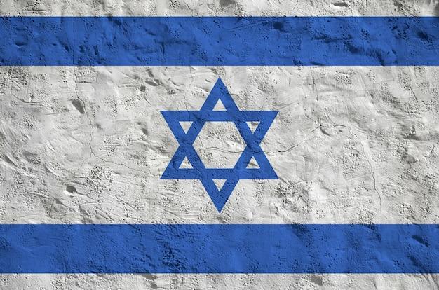 Flaga izraela przedstawiona w jasnych kolorach farby na starej ścianie tynku reliefowego.