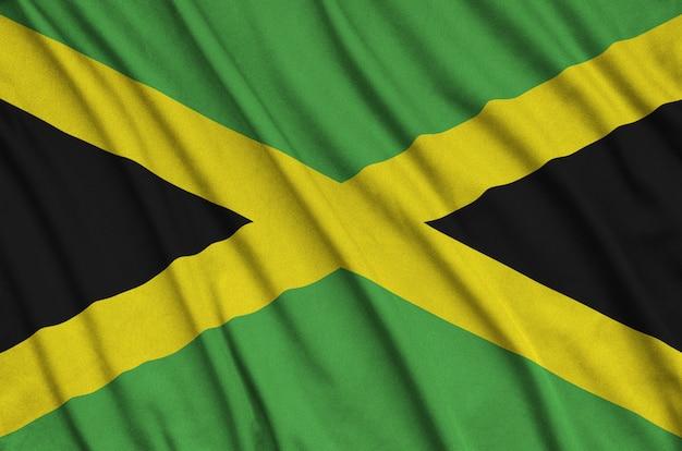 Flaga jamajki jest przedstawiona na sportowej tkaninie z wieloma zakładkami.