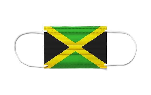 Flaga jamajki na jednorazowej masce chirurgicznej. białe tło na białym tle