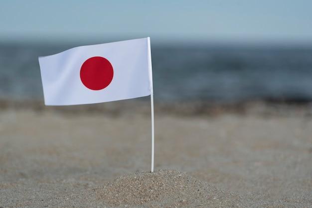 Flaga japonii na brzegu morza