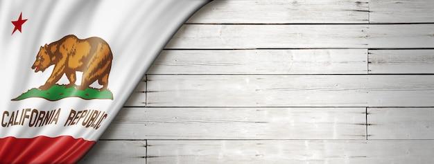 Flaga kalifornii na białym tle ściany z drewna transparent, usa. ilustracja 3d