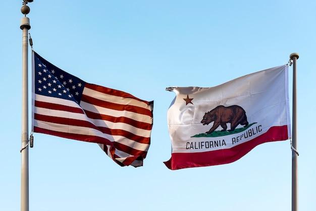 Flaga kalifornii z symbolami gwiazdy i niedźwiedzia