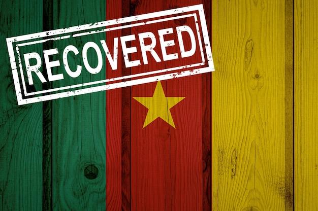 Flaga kamerunu, która przetrwała lub wyzdrowiała z infekcji epidemii koronawirusa lub koronawirusa. flaga grunge z pieczęcią odzyskane