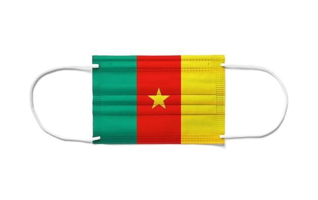 Flaga kamerunu na jednorazowej masce chirurgicznej. biała powierzchnia na białym tle