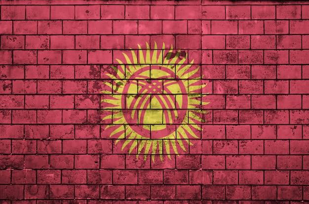 Flaga kirgistanu jest namalowana na starym murem