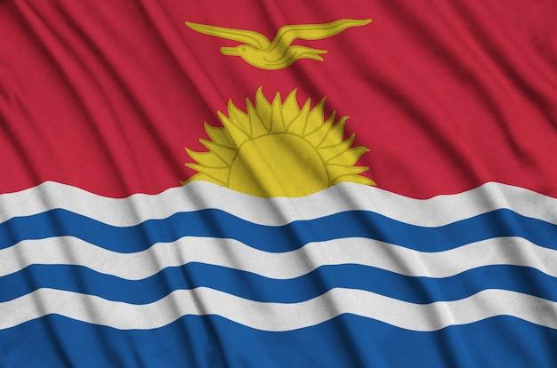 Flaga kiribati jest przedstawiona na sportowej tkaninie z wieloma zakładkami.