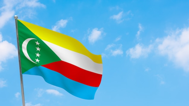 Flaga komorów na słupie. niebieskie niebo. flaga narodowa komorów